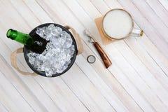 啤酒桶杯子和开启者 免版税库存照片