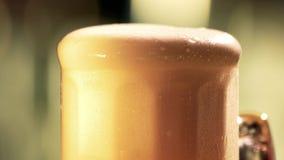 啤酒泡沫溢出的头 股票视频