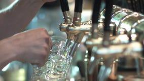 啤酒涌入了有轻拍的一个杯子 股票视频