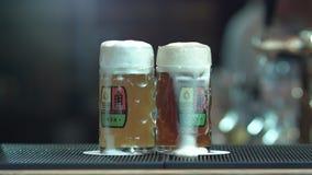啤酒涌入了有轻拍的一个杯子 影视素材