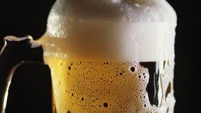 啤酒涌入在酒吧的一个杯子 特写镜头 股票录像