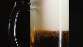 啤酒涌入在酒吧的一个杯子 行动 影视素材