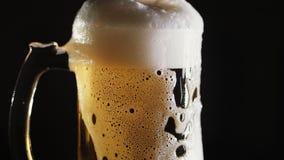 啤酒涌入在酒吧的一个杯子 股票视频