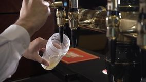 啤酒涌入玻璃 影视素材