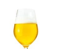 啤酒特写镜头在一块玻璃的与裁减路线 库存图片