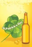啤酒瓶和三叶草叶子。 St. Patricks日 免版税库存照片