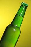 啤酒瓶杯子橄榄球绿色世界 免版税图库摄影