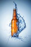 啤酒瓶飞溅水 库存图片