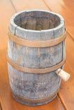 啤酒的古老木桶在桌上 免版税图库摄影