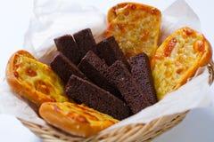 啤酒的快餐:黑麦面包油煎方型小面包片用大蒜乳脂干酪调味汁和油煎方型小面包片用乳酪 免版税库存图片