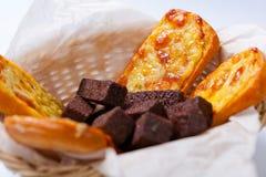 啤酒的快餐:黑麦面包油煎方型小面包片用大蒜乳脂干酪调味汁和油煎方型小面包片用乳酪 免版税图库摄影