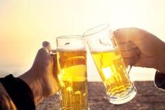 啤酒的松弛时刻一起在湖字体  免版税库存图片