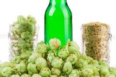啤酒的构成与充电股票的 免版税库存照片