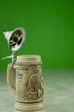 啤酒盒盖啤酒杯 免版税库存图片