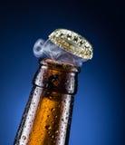 啤酒盖帽开头有气体产品的 免版税库存照片