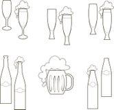 啤酒盘,玻璃,杯子,瓶,倒空和与泡沫 免版税图库摄影