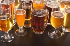 啤酒空的充分的玻璃一秒钟 库存照片