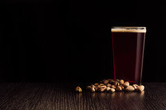 啤酒红色强麦酒和快餐 库存照片