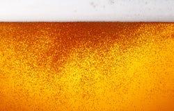 啤酒背景的关闭与泡影的在玻璃 免版税图库摄影
