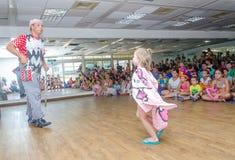 啤酒舍瓦,以色列-女孩、小丑和儿童观众, 2015年7月25日 免版税库存图片