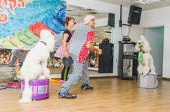 啤酒舍瓦,以色列-小丑和两白色长卷毛狗, 2015年7月25日 免版税库存图片