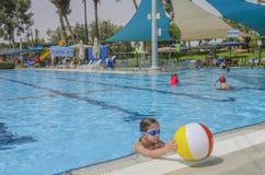 啤酒舍瓦,以色列-打开6月27,在儿童的游泳池的夏季, 2015年 库存图片