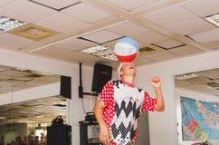 啤酒舍瓦,以色列-扮小丑与球在镜子, 2015年7月25日 库存照片