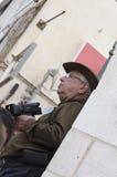 啤酒舍瓦,以色列- 2015年3月5日:一个帽子的一个年长人有一台摄象机的-普珥节 库存图片
