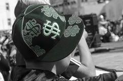 啤酒舍瓦,以色列- 2015年3月5日:一个男孩的画象一个黑盖帽的有美元的符号的 从后面的普珥节的看法 免版税图库摄影