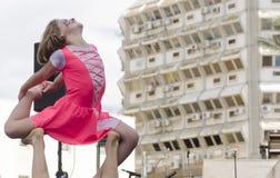 啤酒舍瓦,以色列- 2015年3月5日:一件桃红色礼服的女孩体操运动员在露天舞台-普珥节的观众前面站立 免版税库存图片