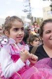 啤酒舍瓦,以色列- 2015年3月5日:一件桃红色礼服的女孩有她的母亲的在度假-普珥节 免版税库存照片