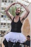 啤酒舍瓦,以色列- 2015年3月5日:一件白色芭蕾舞短裙的一个人在露天舞台-普珥节 图库摄影