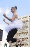 啤酒舍瓦,以色列- 2015年3月5日:一件白色芭蕾舞短裙的一个人在露天舞台-普珥节 库存图片