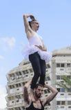 啤酒舍瓦,以色列- 2015年3月5日:两个人,小丑,体操运动员,他们中的一个在一件芭蕾舞短裙-有在露天舞台的锻炼的 免版税库存照片