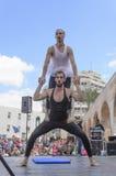 啤酒舍瓦,以色列- 2015年3月5日:两个人,小丑,体操运动员,他们中的一个在芭蕾舞短裙-与在露天舞台的锻炼-普珥节 库存图片