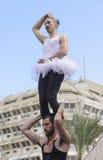啤酒舍瓦,以色列- 2015年3月5日:两个人,小丑,体操运动员,他们中的一个在芭蕾舞短裙-与在露天舞台的锻炼-普珥节 免版税图库摄影