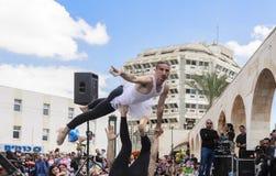 啤酒舍瓦,以色列- 2015年3月5日:两个人,小丑,体操运动员,他们中的一个在露天舞台的一件芭蕾舞短裙-普珥节 库存照片