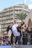 啤酒舍瓦,以色列- 2015年3月5日:两个人,小丑,体操运动员,他们中的一个在露天舞台的一件芭蕾舞短裙-普珥节 免版税库存照片
