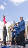啤酒舍瓦,以色列- 2015年3月5日:体操运动员表现有一个女孩的街道场面的-普珥节 图库摄影