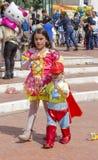 啤酒舍瓦,以色列- 2015年3月5日:公主礼服的女孩和作为在城市街道上的高空作业的建筑工人打扮的男孩-普珥节 库存图片