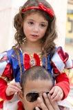 啤酒舍瓦,以色列- 2015年3月5日:当与一把红色弓的白雪公主迪斯尼动画片打扮的女孩在他的父亲普珥节肩膀  免版税库存照片