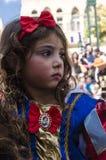 啤酒舍瓦,以色列- 2015年3月5日:当与一把红色弓的白雪公主迪斯尼动画片打扮的女孩 库存照片