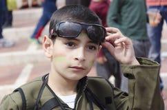 啤酒舍瓦,以色列- 2015年3月5日:战士-普珥节一套绿色衣服的一个男孩  免版税库存照片
