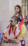 啤酒舍瓦,以色列- 2015年3月5日:有一个女孩的一个人白雪公主-普珥节衣服的肩膀的 库存照片