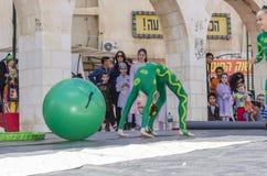 啤酒舍瓦,以色列- 2015年3月5日:有一个绿色球的两个女孩体操运动员在街道上 免版税库存图片