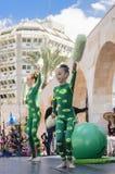 啤酒舍瓦,以色列- 2015年3月5日:有一个绿色球的两个女孩体操运动员 库存照片