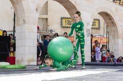 啤酒舍瓦,以色列- 2015年3月5日:有一个绿色球的两个女孩体操运动员 免版税库存图片