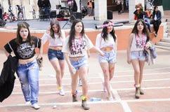 啤酒舍瓦,以色列- 2015年3月5日:牛仔布短裤和白色T恤杉的在街道上-普珥节五个女孩 免版税库存照片