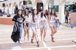 啤酒舍瓦,以色列- 2015年3月5日:牛仔布短裤和白色T恤杉的在街道上-普珥节五个女孩 免版税库存图片