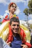 啤酒舍瓦,以色列- 2015年3月5日:礼服的在一个微笑的父亲的肩膀的迪斯尼白雪公主反对天空的-普珥节女孩 库存照片